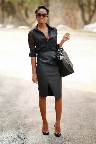 Comment porter: chemise de ville en chiffon noire, jupe crayon en cuir noire, escarpins en cuir noirs, sac fourre-tout en cuir noir