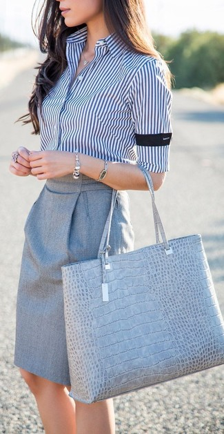 Comment porter: chemise de ville à rayures verticales blanc et bleu marine, jupe crayon grise, sac fourre-tout en cuir imprimé serpent gris, bracelet argenté