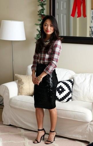 Comment porter: chemise de ville écossaise blanc et rouge, jupe crayon pailletée noire, sandales à talons en cuir noires, collier doré