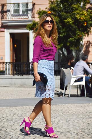 Comment porter: chemise de ville pourpre, jupe crayon en dentelle bleu clair, sandales à talons en daim pourpres, pochette pailletée noire