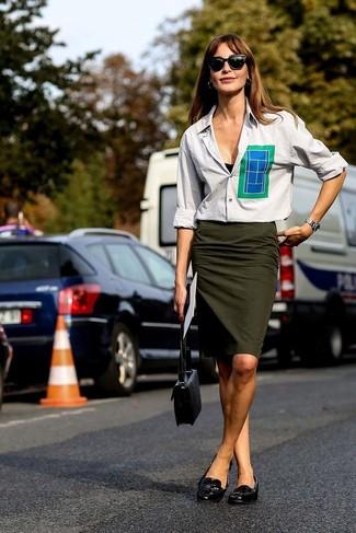 Comment porter: chemise de ville grise, jupe crayon olive, slippers en cuir noirs, sac bandoulière en cuir noir