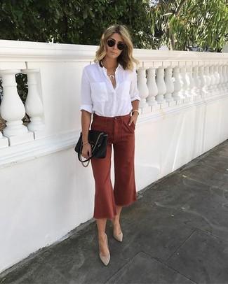 Comment porter: chemise de ville en lin blanche, jupe-culotte tabac, escarpins en daim beiges, sac bandoulière en cuir noir