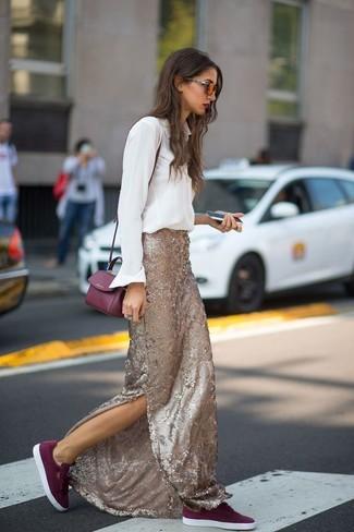 Comment porter: chemise de ville blanche, jupe longue pailletée dorée, baskets basses en daim bordeaux, sac bandoulière en cuir bordeaux