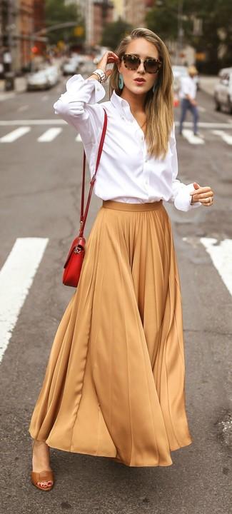 Comment porter: chemise de ville blanche, jupe longue plissée marron clair, sandales à talons en cuir marron, sac bandoulière en cuir rouge