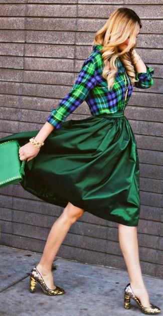 Comment porter: chemise de ville écossaise bleu marine et vert, jupe mi-longue plissée vert foncé, escarpins pailletés dorés, cartable en cuir vert