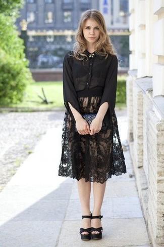 Comment porter: chemise de ville en chiffon noire, jupe mi-longue en dentelle plissée noire, sandales à talons en cuir noires, pochette en cuir matelassée noire
