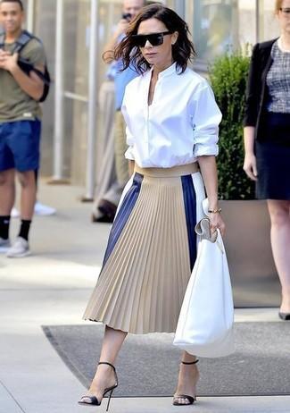 Comment porter: chemise de ville blanche, jupe mi-longue en cuir plissée beige, sandales à talons en cuir noires, sac fourre-tout en cuir blanc