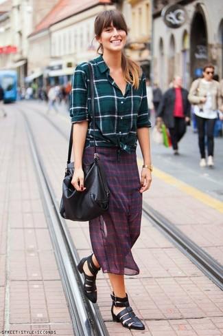 Comment porter: chemise de ville écossaise bleu canard, jupe mi-longue en chiffon à carreaux rouge et bleu marine, sandales spartiates en cuir noires, sac bandoulière en cuir noir