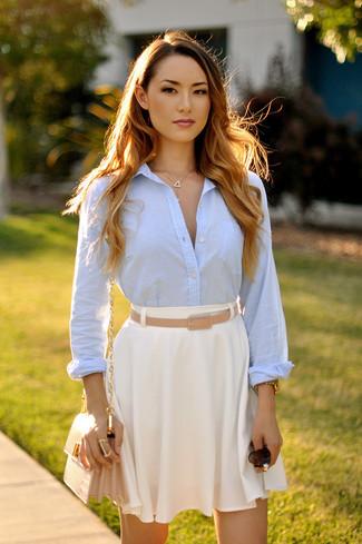 Comment porter: chemise de ville bleu clair, jupe patineuse blanche, sac bandoulière en cuir beige, ceinture en cuir marron clair