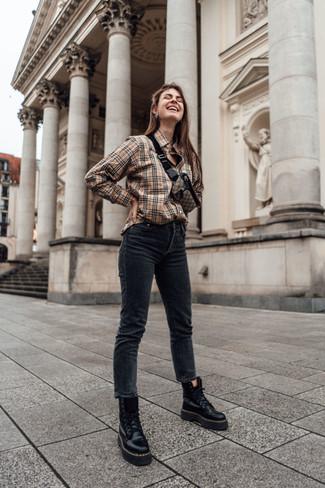 Comment porter: chemise de ville écossaise marron clair, jean skinny noir, bottines plates à lacets en cuir noires, sac banane en toile marron