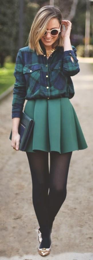 Pense à harmoniser une chemise de ville écossaise bleue marine et verte avec une minijupe plissée vert foncé pour un look de tous les jours facile à porter. Une paire de des ballerines en cuir dorées apportera un joli contraste avec le reste du look.