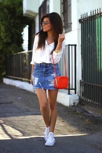 Ce combo d'une chemise de ville blanche et d'une minijupe en denim déchirée bleue attirera l'attention pour toutes les bonnes raisons. D'une humeur créatrice? Assortis ta tenue avec une paire de des baskets montantes blanches.