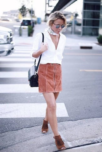 Comment porter: chemise de ville blanche, minijupe en daim tabac, bottines en daim à franges tabac, sac bandoulière en cuir bleu marine