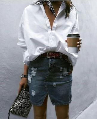Comment porter: chemise de ville blanche, minijupe en denim déchirée bleu marine, pochette en cuir imprimée léopard grise, bandana imprimé noir et blanc