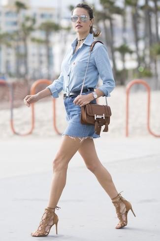 Comment porter: chemise de ville en chambray bleu clair, minijupe en denim bleue, sandales à talons en daim marron, sac bandoulière en cuir marron