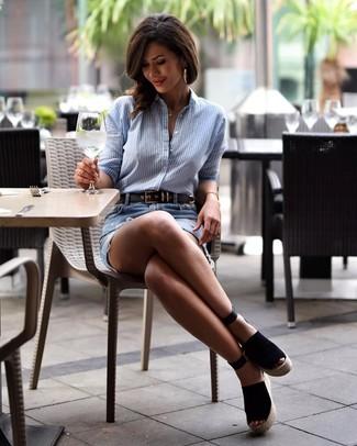 Comment porter: chemise de ville à rayures verticales bleu clair, minijupe en denim déchirée bleu clair, sandales compensées en daim noires, ceinture en cuir noire