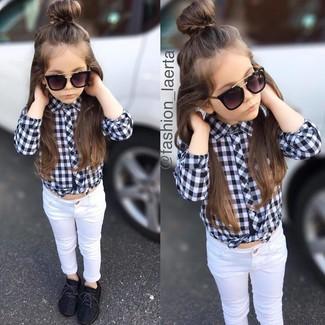 Comment porter: chemise de ville à carreaux noire et blanche, jean blanc, baskets noires, lunettes de soleil noires