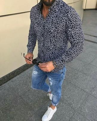 Comment porter: chemise de ville imprimée noire et blanche, jean skinny déchiré bleu, baskets basses en cuir blanches, lunettes de soleil noires
