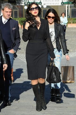 Comment porter: chemise de ville en soie noire, jupe crayon noire, bottes hauteur genou en daim noires, sac fourre-tout en cuir noir