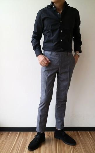 Comment porter des bottines chukka en daim noires: Pense à marier une chemise de ville noire avec un pantalon de costume gris foncé pour un look pointu et élégant. Tu veux y aller doucement avec les chaussures? Complète cet ensemble avec une paire de des bottines chukka en daim noires pour la journée.