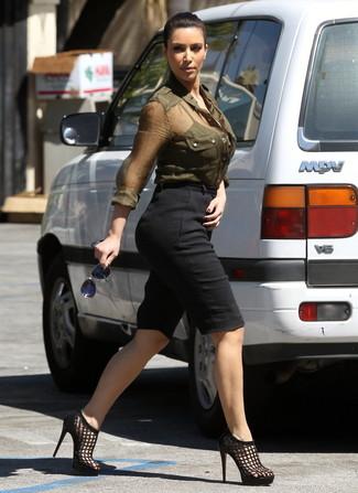 Tenue de Kim Kardashian: Chemise de ville olive, Bermuda noir, Sandales à talons en cuir noires