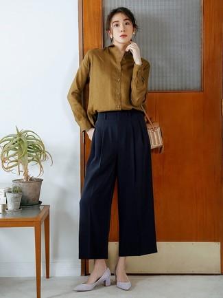 Comment porter: chemise de ville olive, pantalon large bleu marine, escarpins en daim gris, sac bandoulière de paille marron clair
