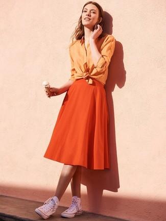 Comment porter: chemise de ville orange, jupe évasée orange, baskets montantes en toile blanches