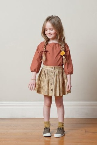 Comment porter: chemise de ville orange, jupe jaune, baskets marron, chaussettes moutarde