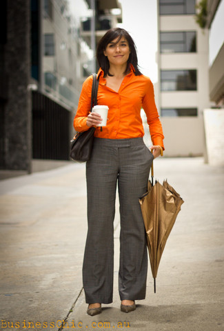 Comment porter: chemise de ville orange, pantalon de costume écossais gris, escarpins en cuir gris, cartable en cuir noir