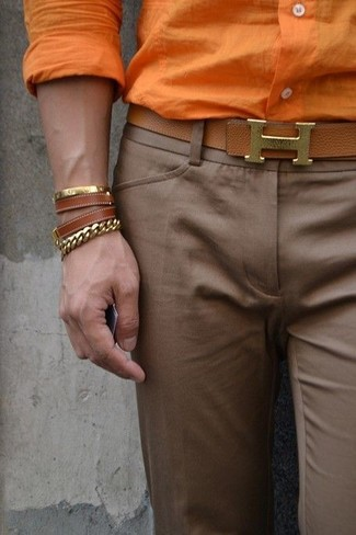 Comment porter: chemise de ville orange, pantalon de costume marron, ceinture en cuir marron, bracelet en cuir marron