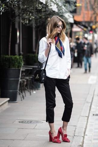 Fais-toi remarquer parmi les autres civils stylés avec une chemise de ville blanche et un pantacourt noir. Cette tenue est parfait avec une paire de des escarpins en daim rouges Gucci.