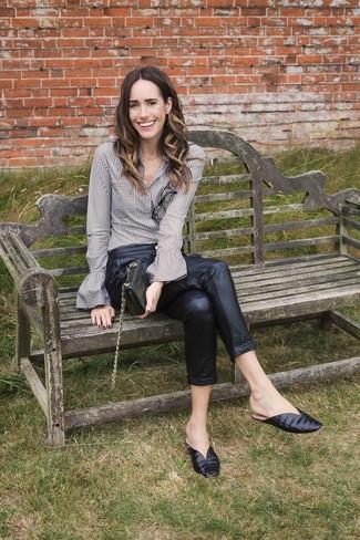Comment porter: chemise de ville à rayures verticales grise, pantalon carotte en cuir noir, mules en cuir noires, pochette en cuir noire