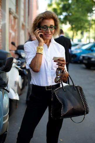 Comment porter: chemise de ville blanche, pantalon carotte noir, sac fourre-tout en cuir à clous noir, ceinture en cuir noire