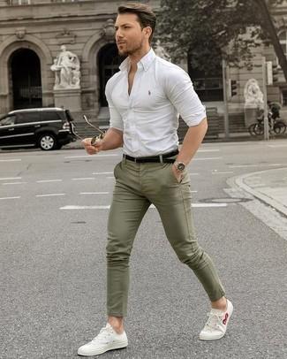 Comment porter: chemise de ville blanche, pantalon chino olive, baskets basses en toile blanches, ceinture en cuir noire