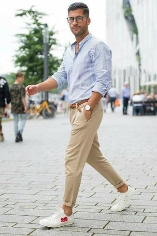 Comment porter: chemise de ville à rayures verticales blanc et bleu, pantalon chino marron clair, baskets basses en cuir blanches, ceinture en cuir tressée marron