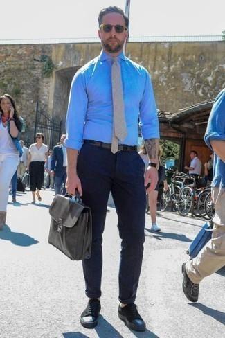 Comment porter une cravate beige: Pense à marier une chemise de ville en chambray bleu clair avec une cravate beige pour une silhouette classique et raffinée. Si tu veux éviter un look trop formel, assortis cette tenue avec une paire de des baskets basses en toile noires.