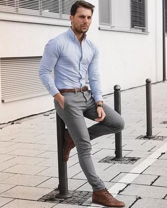 Comment porter: chemise de ville à rayures verticales bleu clair, pantalon chino gris, bottes brogue en cuir marron, ceinture en cuir marron