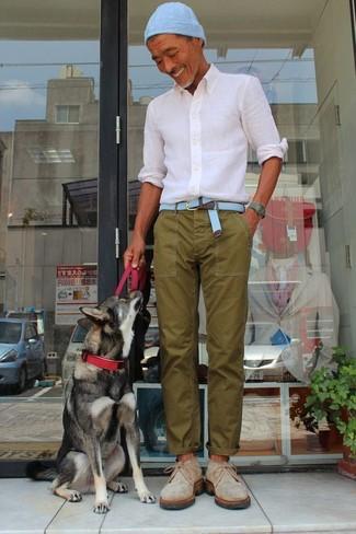 Comment porter: chemise de ville blanche, pantalon chino olive, bottines chukka en daim beiges, bonnet bleu clair