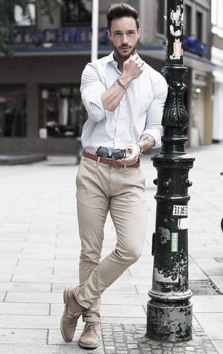Comment porter: chemise de ville blanche, pantalon chino beige, bottines chukka en daim beiges, ceinture en cuir marron