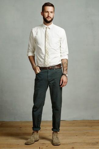 Comment porter une cravate écossaise beige: Harmonise une chemise de ville blanche avec une cravate écossaise beige pour dégager classe et sophistication. Mélange les styles en portant une paire de des bottines chukka en daim olive.