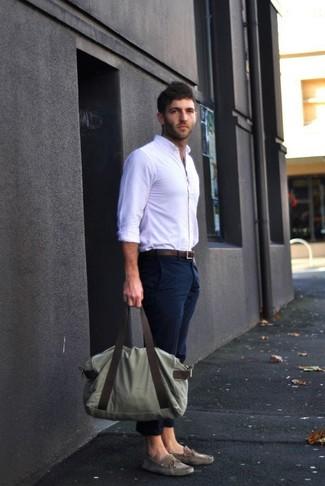 0bd0b0c300644 Comment porter: chemise de ville blanche, pantalon chino bleu marine,  chaussures bateau en
