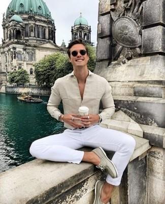 Comment porter: chemise de ville beige, pantalon chino blanc, chaussures bateau en daim beiges, ceinture en cuir noire