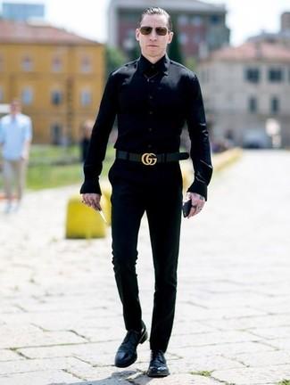 Comment porter: chemise de ville noire, pantalon chino noir, chaussures derby en cuir noires, ceinture en cuir noire