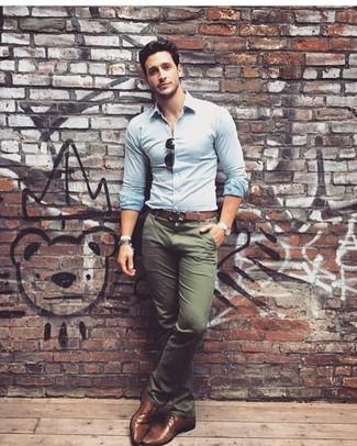 Comment porter: chemise de ville bleu clair, pantalon chino olive, chaussures derby en cuir marron, ceinture en cuir marron