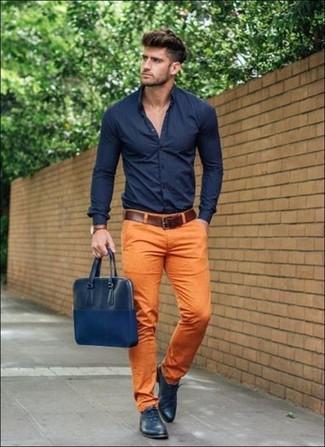 Comment porter: chemise de ville bleu marine, pantalon chino orange, chaussures richelieu en cuir bleu marine, besace en cuir bleu marine