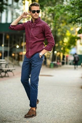 Comment porter: chemise de ville en vichy rouge et bleu marine, pantalon chino bleu marine, chaussures richelieu en cuir marron foncé, lunettes de soleil noires