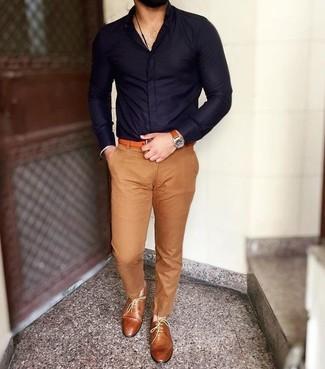 Comment porter: chemise de ville bleu marine, pantalon chino marron clair, chaussures richelieu en cuir tabac, ceinture en cuir orange