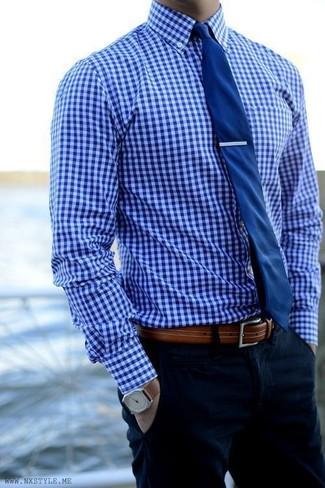 Tenue  Chemise de ville en vichy bleue, Pantalon chino bleu marine, Cravate  bleu marine, Ceinture en cuir marron   Mode hommes   Lookastic France 79b76ca423b