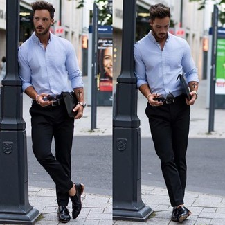 Comment porter: chemise de ville en chambray bleu clair, pantalon chino noir, double monks en cuir noirs, pochette en cuir noire