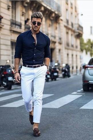 Comment porter: chemise de ville bleu marine, pantalon chino blanc, mocassins à pampilles en cuir marron foncé, ceinture en cuir tressée marron foncé